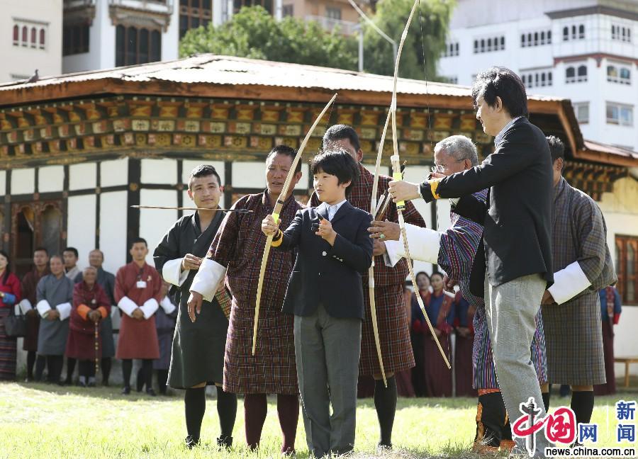 日本12岁小王子首次出国访问不丹 随父亲体验射箭