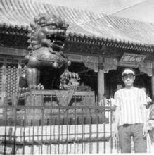 在北京颐和园门前留影