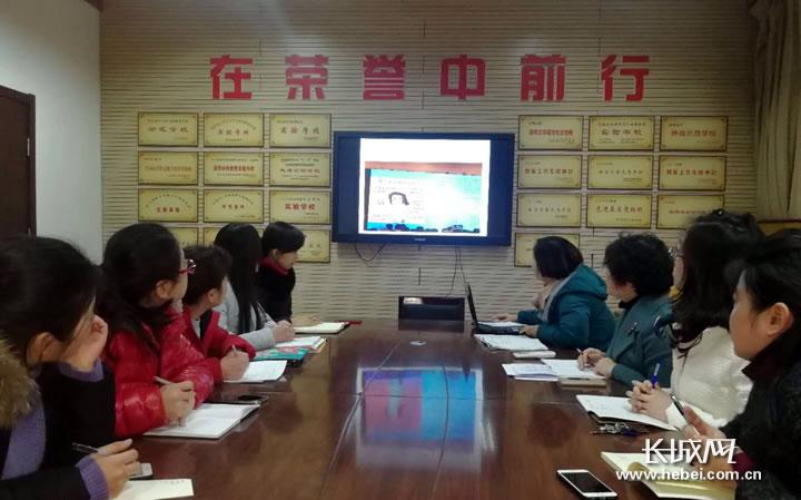 """研究探讨""""微班会"""" 助力青年教师专业成长"""