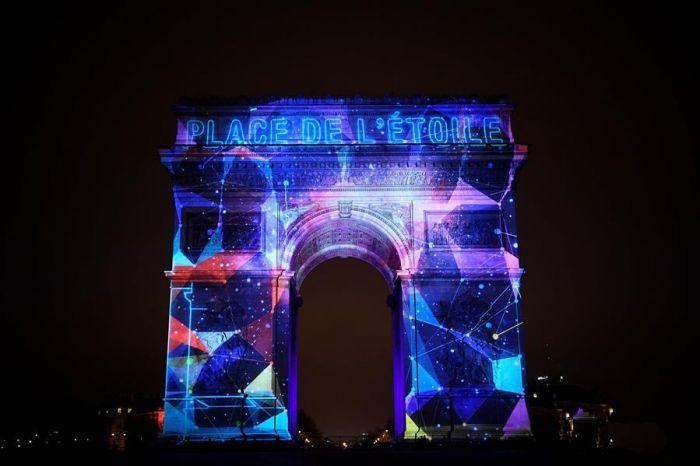 """2016年12月31日夜,在法国巴黎,写着""""戴高乐广场""""的蓝******案被映在该市标志性建筑凯旋门上。"""