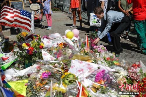 纽约民众悼念奥兰多枪击案遇难者。