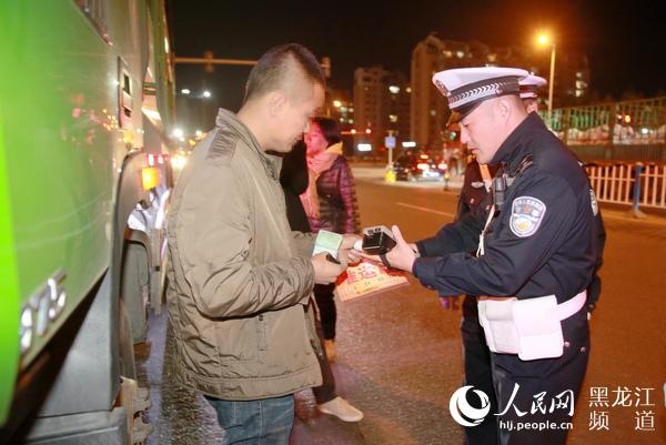 哈尔滨市交警部门持续严查货运车辆各类交通违法行为