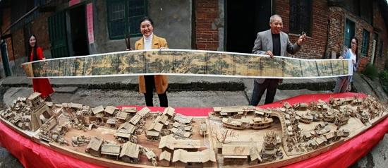 12年将《清明上河图》通过立体镂空的雕刻技艺再现在樟木上