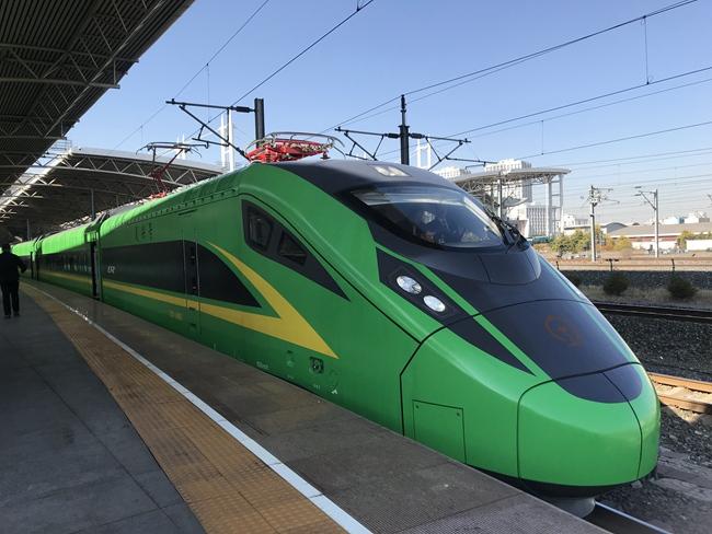 动力集中型复兴号动车组10月22日在长白乌快速铁路正式投入运营