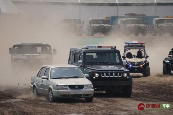 防务车辆展上演警匪追逐 场面堪比好莱坞大片