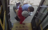 """宁波公交司机的这个""""公主抱""""真暖心"""