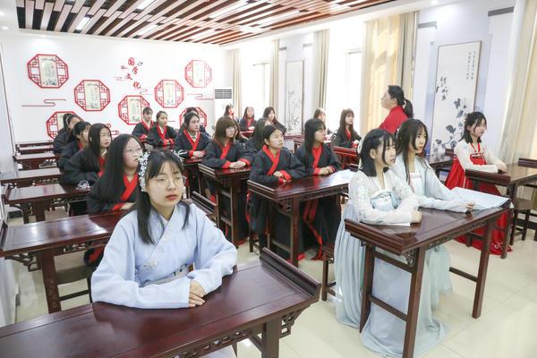"""庆""""三八""""妇女节 河南这所学校的女生有型又有范儿"""