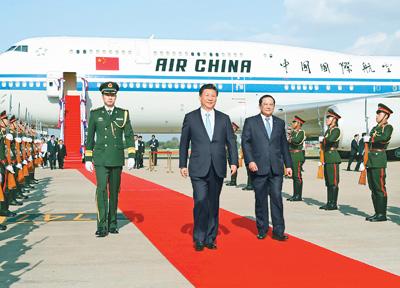 习近平开始对老挝进行国事访问