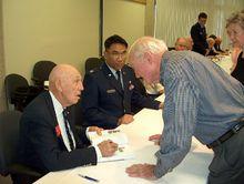 第66届空袭成员团聚会上,老兵在相互交谈