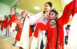 即墨柳腔艺人教授孩子们学习戏曲表演艺术