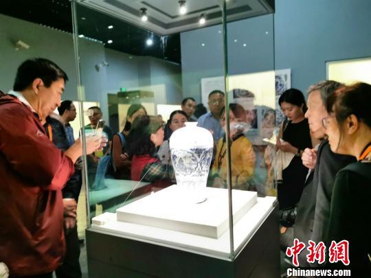 海外华文媒体走进湖北省博物馆 触摸荆楚文化