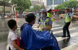 """电动车管理条例实施首日 温州开出首张""""未戴安全头盔""""罚单"""