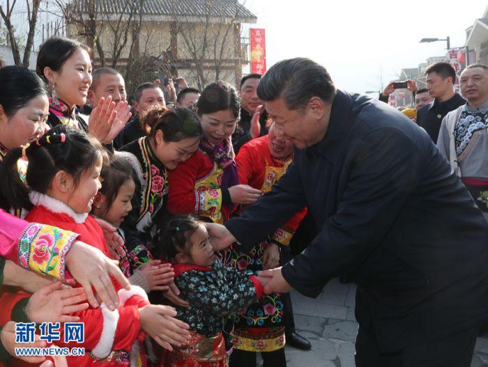 这是2月12日上午,习近平在阿坝藏族羌族自治州汶川县映秀镇看望慰问群众。