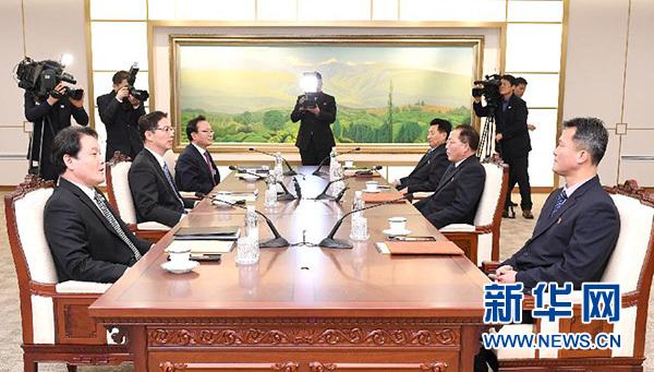 """1月17日,在板门店韩方一侧的""""和平之家"""",韩朝双方代表在会谈前寒暄。"""