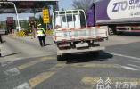轻型货车变客车 四人叠罗汉欲上高速被查