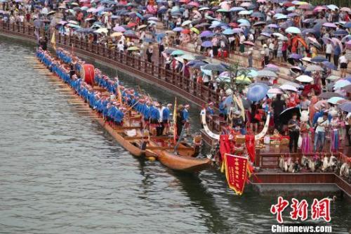 """贵州省施秉县舞阳河畔,长77.8米宽2.5米的""""中华苗族第一龙""""入选吉尼斯世界纪录,夺得最长木龙舟称号。"""