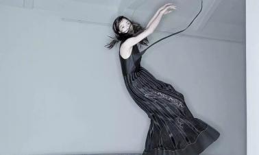Actress Zhong Chuxi covers the fashion magazine