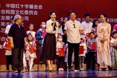 与中央电视台主持人朱军等在北京大学百年讲堂