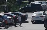 行车过程中被扒窗,突袭者摔下死亡,司机是否应该担责?