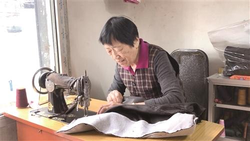 【暖新闻】八旬老人真暖心!坚持20多年为四邻免费缝补衣物