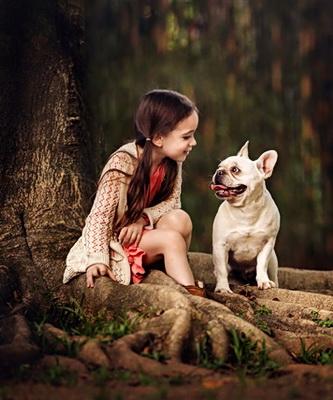 妈妈镜头中的女儿和小动物