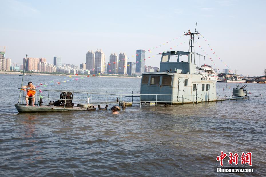 """武汉江水上涨""""巡逻艇""""景观被淹没"""