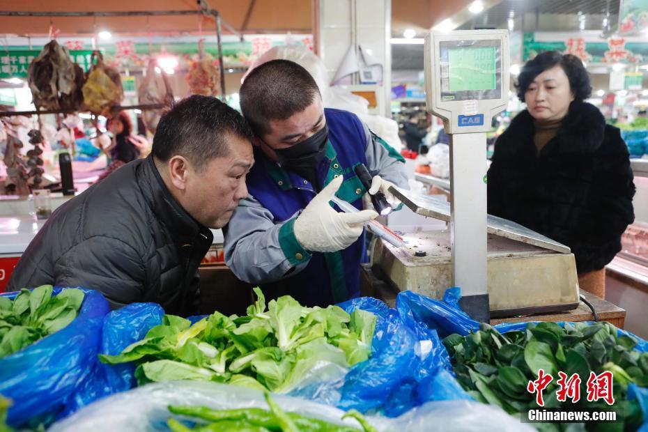 上海农贸市场集中开展卫生大扫除 降低呼吸道传染病传播风险