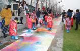 """青奥轴线铺上百米长卷,138 个娃娃共绘""""未来南京"""""""