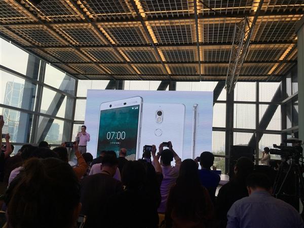 在上海老船厂改成的一个金融中心里,诺基亚发布了诺基亚7这款智能手机。