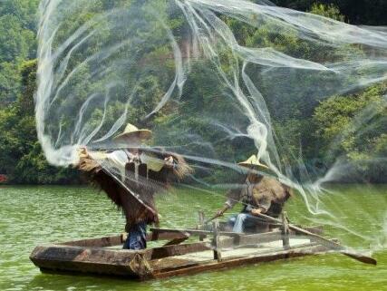 洪湖渔民撒网捕鱼