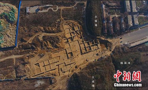 河南新郑郑韩故城遗址中,北城门遗址航拍图。