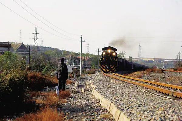 真·英雄!79岁大爷一路狂奔救下一列火车