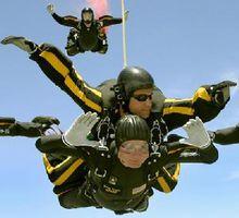 乔治·赫伯特·沃克·布什在参加双人跳伞
